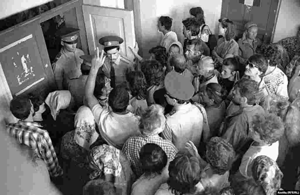 Судак милициясе ишеге төбендә. 1993 ел