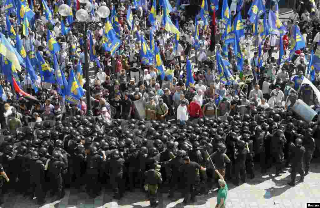 Протестувальники, що виступали проти таких змін, почали наступ на будівлю Верховної Ради, яку охороняв кордон правоохоронців