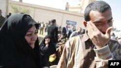 سجين عراقي يمسح دموع الفرح بعد اطلاق سراحه.