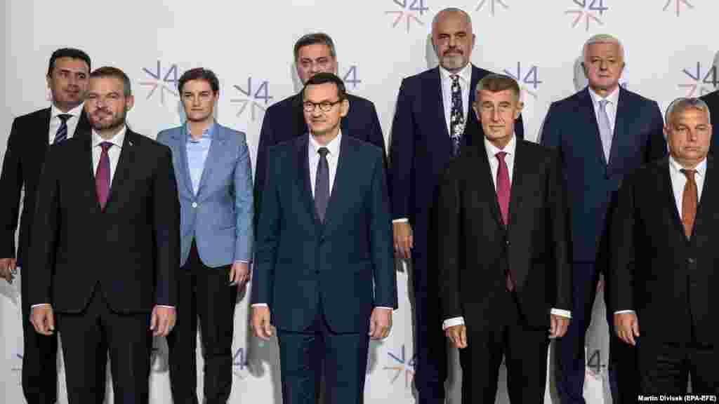 ШВАЈЦАРИЈА - Политичките и економските предизвици за развој на регионот се главни теми на Стратегискиот дијалог за Западен Балкан во организација на Светскиот економски форум кој во Женева ги собра лидерите на повеќе балкански земји. На самитот учсетвува и македонскиот премиер Зоран Заев.