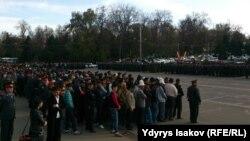 Полицейские и гражданские люди на площади в Оше. 22 марта 2016 года.