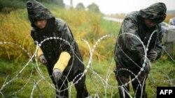 Венгерские солдаты у проволочного заграждения на границе со Словенией. 25 сентября 2015 года.