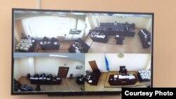 Суд над председателем Союза журналистов Казахстана Сейтказы Матаевым и его сыном Асетом. Вид с камер в зале суда на экране монитора в отдельной комнате для представителей СМИ. Астана, 22 сентября 2016 года.