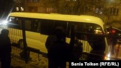 Автобус, на котором полицейские увезли протестовавших нефтяников из суда. Актау, 21 января 2017 года.