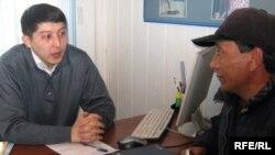 БҰҰ Даму бағдарламасының менеджері Думан Жампейісов Самархан Тоқтархан атты оралманмен әңгімелесіп отыр. Семей, мамыр 2010 жыл.
