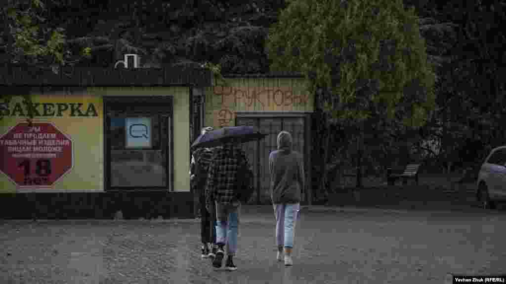 Иногда срывался дождь, временами сильный