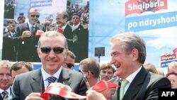 Kryeministri i Shqipërisë, Sali Berisha, dhe homologu i tij turk, Rexhep Taip Erdogan, gjatë ceremonisë së inaugurimit të autostradës...