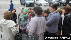 Сторонницы общественной организации «Защитим свой дом» Кыздыгой Ажаркуловой перед зданием суда. Шымкент, 11 апреля 2016 года.