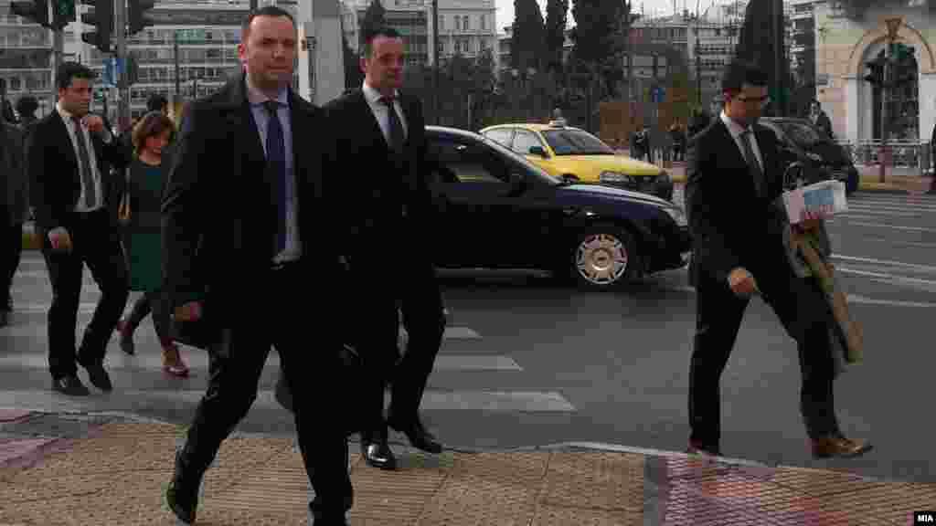МАКЕДОНИЈА / ГРЦИЈА - Оваа година претставува историска шанса за надминување на недоразбирањето околу употребата на името на Македонија и како политичари кои ја добиле довербата да ги предводат своите граѓани имаме обврска да покажеме зрелост и сериозност и да не ја пропуштиме оваа шанса, истакна македонскиот вицепремиер за европски прашања Бујар Османи на средбите во Атина со шефот на грчката дипломатија Никос Коѕијас и заменик министерот за европски прашања Јоргос Катрагулос.