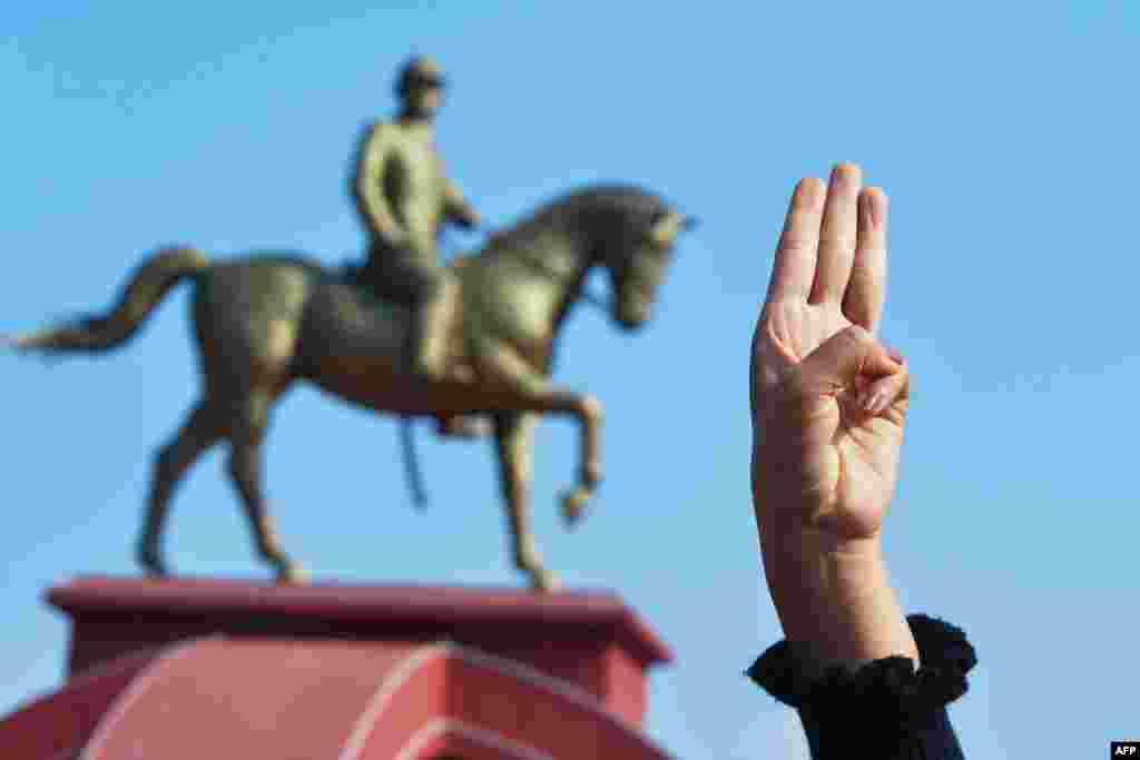 """Этот символ заимствован из фильма """"Голодные игры"""". Он стал символом движения за демократию после протестов в Таиланде осенью прошлого года. В Мьянме им пользуются и студенты, и монахи."""