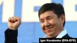 Temir Sariev speaks to Bishkek voters on October 11.