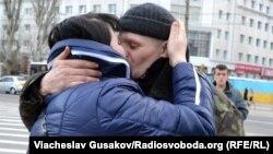 У Херсоні зустріли українських військових, які перебували у полоні «ДНР», 23 лютого 2015 року