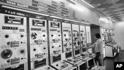 Një teknik i REL-it duke punuar në selinë në Mynih më 11 gusht, 1977.