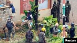 Сауда орталығына жасалған шабуыл орнын тексеріп жүрген полиция. Кения, 25 қыркүйек 2013 жыл. (Көрнекі сурет)