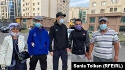 Слева направо: Онайгуль Досмагамбетова, Кайрат Досмагамбетов, Ермухан Иманалиев, Даулетбек Садвакасов и Муханбет Серикбаев. После выхода из полиции. Нур-Султан, 25 июня 2020 года.
