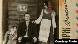 Макс Корж у вышыванках разам з жонкай і дачкой