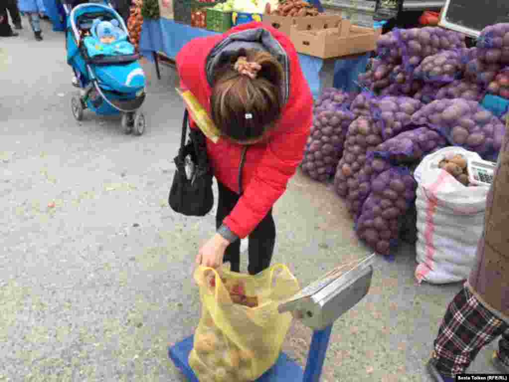 Некоторые покупатели выражали недовольство тем, что в привезенной на продажу картошке много испортившихся клубней.