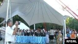 """Топ-зрители на """"Днях культурного обмена"""" в Талдыкоргане сидят под белым шатром."""