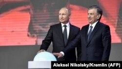 Президент России Владимир Путин (слева) и президент Узбекистана Шавкат Мирзияев на церемонии запуска строительства АЭС. Ташкент, 19 октября 2018 года.