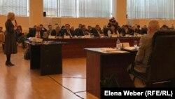 Жительница Темиртау Елена Варганова (слева) говорит на заседании о загрязненном воздухе в городе и о необходимости направлять деньги на решение экологических проблем. Темиртау, 31 октября 2019 года.