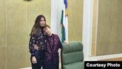 Лола Каримова-Тиллаева онаси билан отасининг иш жойида.