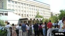 Обманутые вкладчики пикетируют департамент финансовой полиции Алматы, 21 августа 2008 года.