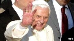 В качестве главы государства Ватикан Бенедикту XVI пришлось следовать протокольным формальностям, никак не связанным с пасторским характером его поездки. После посещения усыпальницы основателя современной Турции