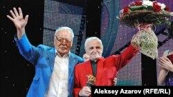 """Казахстанский актер Асанали Ашимов (слева) и французский актер Шарль Азнавур на кинофестивале """"Евразия"""". Алматы, 16 сентября 2013 года."""