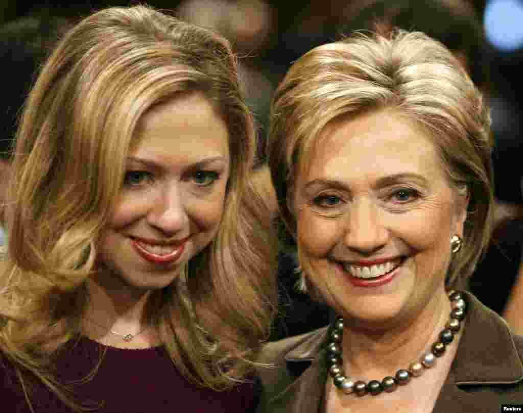 Хиллари Клинтон с дочерью Челси перед процедурой утверждения на пост Госсекретаря в Комитете Сената по международным делам.