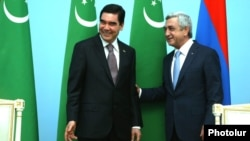 Президенты Туркменистана и Армении и Гурбангулы Бердымухамедов (слева) и Серж Саргсян. Ереван, 24 августа 2017 года.
