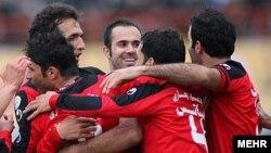 محمد نصرتی (رو به دوربین) بازیکن پرسپولیس در بازی با داماش گیلان.
