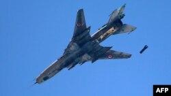Сирійський бойовий літак бомбардує позиції супротивників режиму, архівне фото