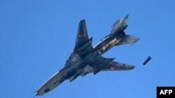 Самолет Су-22 российского производства сбрасывает снаряды в небе над Сирией. Иллюстративное фото.
