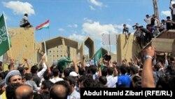 متظاهرون أمام مبنى برلمان كردستان