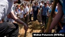 Погреб на останките на жртви од геноцидот во Сребреница на 11 јули 2017