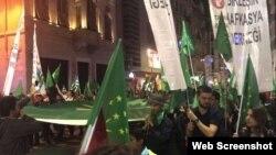 Собравшиеся выкрикивали антироссийские речевки
