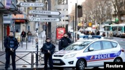 Француската полиција го обезбедува реонот каде се случи инцидентот.