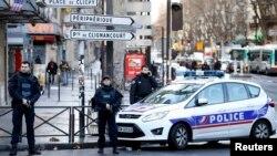 Француз полициясы шабуылдаған адам оққа ұшқан аумақты қоршап тұр. Париж, 7 қаңтар 2015 жыл.