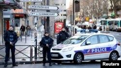 Полицейское оцепление в районе, где был застрелен мужчина с ножом, Париж, 7 января 2016 года.