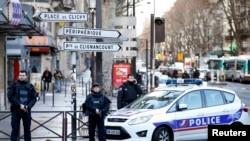 Около места нападения на полицейский участок в Париже 7 января 2016 года