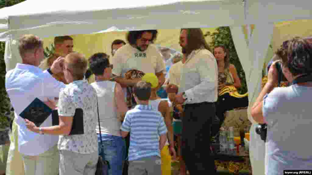 После концерта Роландаса Киркоров раздал автографы посетителям парка «Тайган»