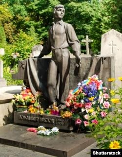 Могила Володимира Івасюка. Львів, 22 липня 2014 року