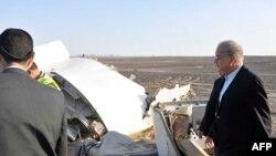 نخست وزیر مصر در حال بازدید از محل سقوط هواپیمای مسافربری