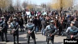 Демонстрация студентов возле ЕГУ