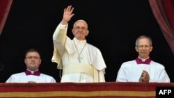 Папа Римский Франциск выступает с Рождественским посланием Urbi et Orbi. Ватикан, 25 декабря 2015 года.