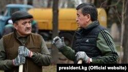 Президент Сооронбай Жээнбеков (справа) и мэр Бишкека Албек Ибраимов на субботнике. 24 марта 2018 года.