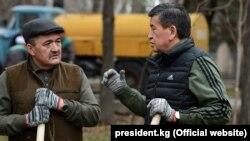 Мэр Бишкека Албек Ибраимов (слева) и президент КР Сооронбай Жээнбеков на субботнике. 24 марта 2018 года.