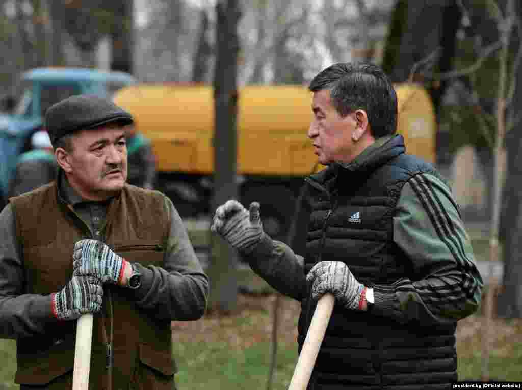 Президент Сооронбай Жээнбеков менен Бишкектин мэри Албек Ибраимов.