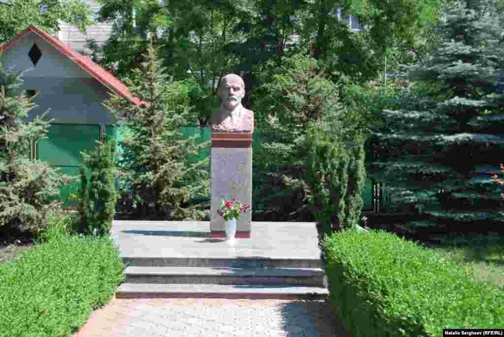 Bustul lui Lenin din faţa sediului Partidului Comuniştilor din Republica Moldova