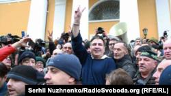 Киевте жақтастары арасында тұрған Михаил Саакашвили. Желтоқсан айы, 2017 жыл.